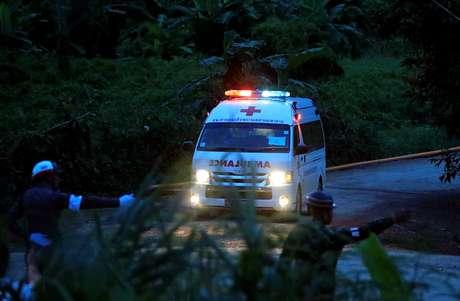 Ambulância deixa caverna de Tham Luang em Chiang Rai, na Tailândia 09/07/2018 REUTERS/Soe Zeya Tun