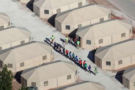 Tendas usabas para abrigar crianças imigrantes separadas dos pais perto da fronteira com o México em Tornillo, Texas 18/6/2018  REUTERS/Mike Blake