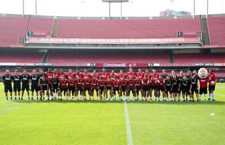 Elenco do Tricolor posa com o novo uniforme de treino da equipe (Rubens Chiri/saopaulofc.net)