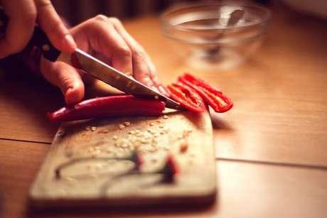 Pimenta dedo-de-moça sendo cortada