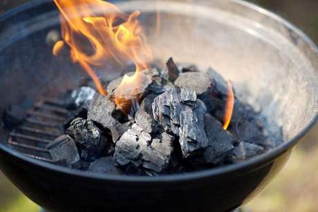 Carvão pegando fogo na churrasqueira