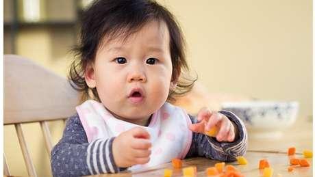 Introdução de alimentos sólidos aos seis meses levou a melhoras no sono para bebês e pais envolvidos em pesquisa