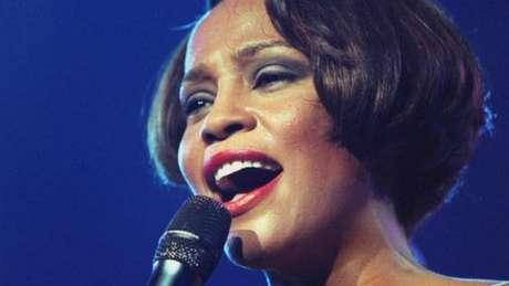 Whitney Houston sofreu de males similares a outras talentosas e trágicas cantoras: relacionamentos infelizes e pais que abusaram de seu papel de gerenciadores de carreira