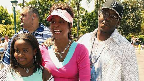 Whitney com Bobbi Kristina e o ex-marido Bobby Brown em 2004; filha foi encontrada inconsciente em uma banheira, três anos após a morte da mãe