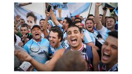Russos quiseram entender a música da torcida argentina que cita Messi e Maradona