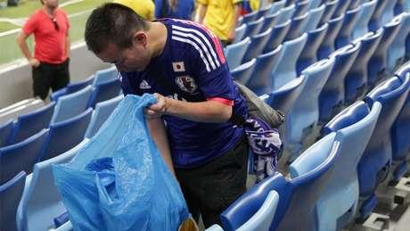 Russos ficaram curiosos com torcedores do Japão, que usaram sacos para recolher o próprio lixo deixado nos estádios da Copa