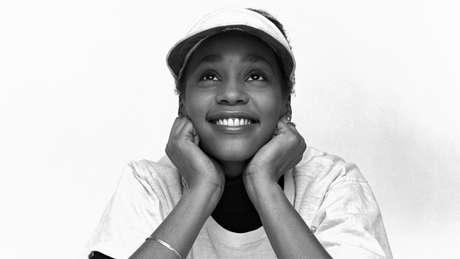 Whitney Houston em 1982, no início da carreira; documentário traz entrevistas revelando que ela foi abusada sexualmente na infância por uma prima cantora