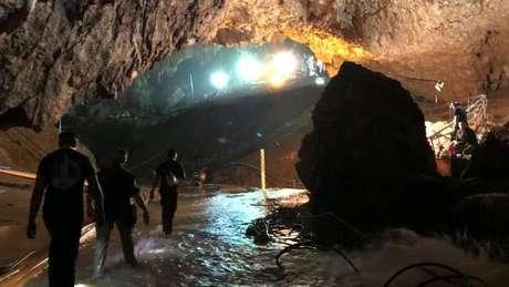 Equipe de resgate caminha na caverna onde o grupo ficou preso: retirada dos meninos começou domingo e foi concluída nesta terça-feira