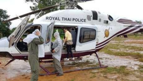 Oito das 13 pessoas presas na caverna foram resgatadas na segunda-feira e estão em quarentena no hospital