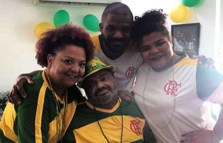 Arlindo Cruz assistiu jogo entre Brasil e México com sua família.
