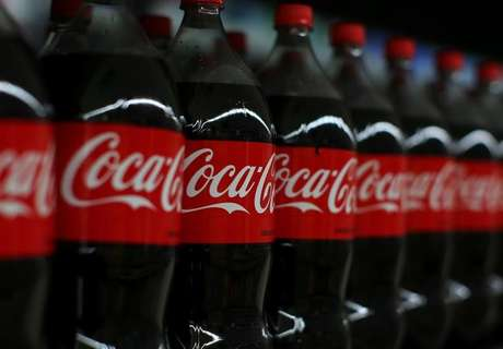 Prateleira com garrafas de Coca-Cola 10/01/2017 REUTERS/Mike Blake