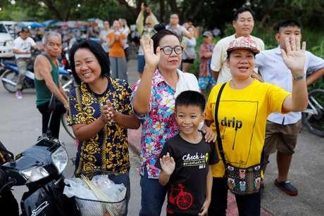 Tailandeses acenam durante resgate dos últimos meninos da caverna