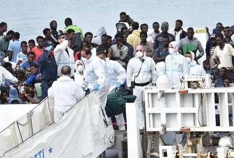 Deslocados externos chegam à Itália no navio Diciotti, em junho