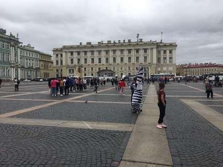 Praça onde fica o Hermitage, um dos principais museus de São Petersburgo, já com pouco movimento de torcedores antes do fim da Copa (Foto: Fifa.com)