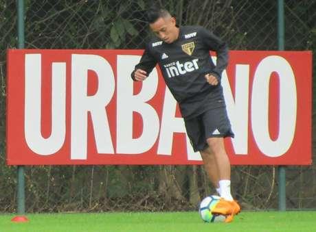 Em seu segundo dia de trabalho no CT depois da Copa, Cueva realizou treino particular no gramado (William Correia)
