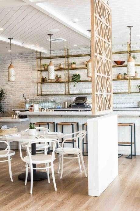 12. Cozinha com decoração clean e moderna com divisória de ambiente MDF