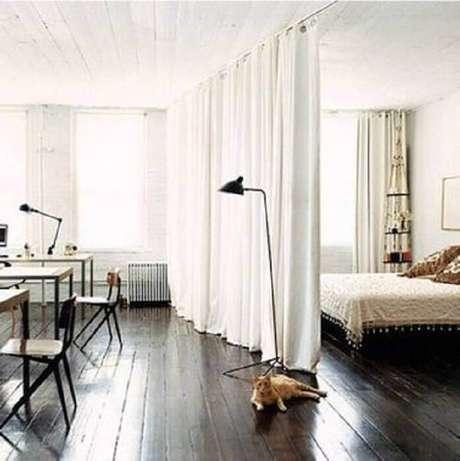 19. Casa tipo loft com cortina divisória de ambiente para quarto