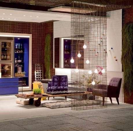 3. Fios metalizados como divisória de ambiente com decoração contemporânea