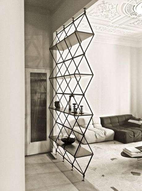 20. Alguns modelos de estantes podem se transformar em divisória de ambiente e complementar a decoração de maneira especial