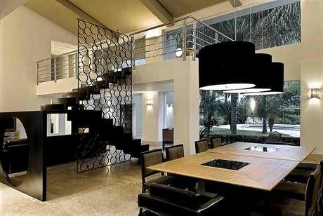 21. Decoração moderna e sofisticada em tons de preto e branco com divisória de ambiente feita de metal