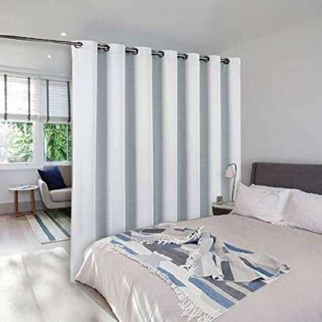 23. Decoração simples para quarto com cortina divisória de ambiente
