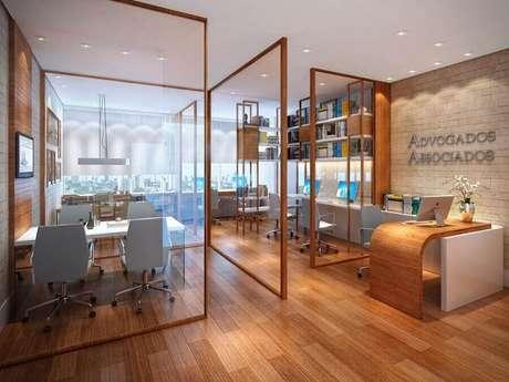 26. É comum divisória de ambiente PVC para escritório, mas para um ambiente corporativo mais bonito e moderno que tal uma divisória feita com vidro e madeira?