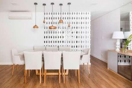 30. Divisória para sala de jantar com decoração toda branca e pendentes sobre a mesa de jantar