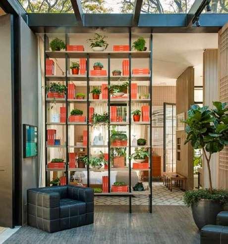 38. Estante com nichos vazados para decoração com modelos de divisórias de ambientes