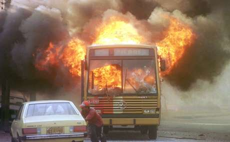 Revoltados com a primeira chacina, em 1994, moradores de Nova Brasília atearam fogo a um ônibus