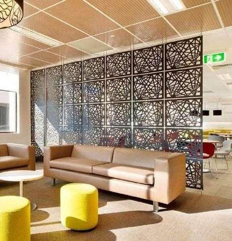 42. Painel de metal com design diferente como divisórias para sala com decoração bege