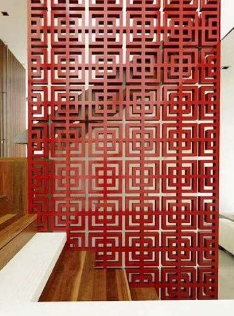 43, Painel vermelho com desenhos geométrico como divisória de ambiente