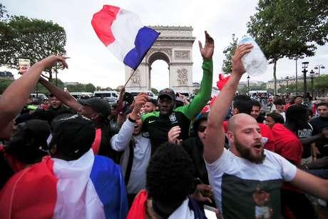 Franceses comemoram classificação em Paris
