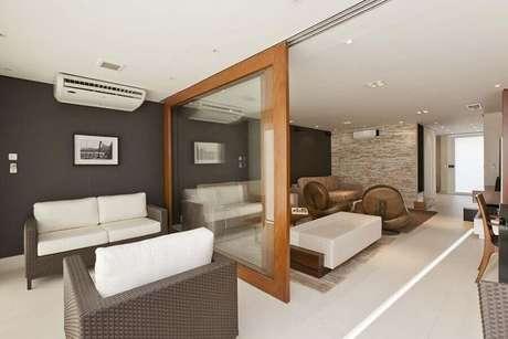 45. Os modelos de divisórias de ambientes feitos com vidro e madeira garantem sofisticação para o ambiente decorado