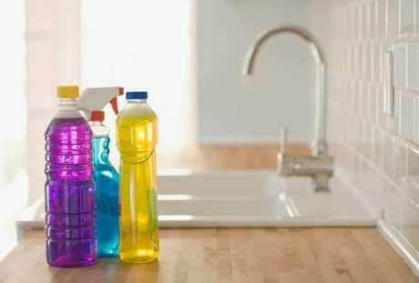 26 – Os produtos de limpeza caseiro não causam alergias por não possuir substâncias químicas em sua composição.