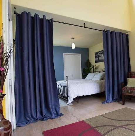 47. A cortina divisória de ambiente comumente são mais usadas na decoração de quarto
