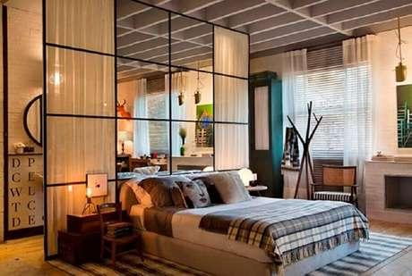 49. Decoração de quarto com parede de vidro e cortina divisória de ambiente como cabeceira da cama