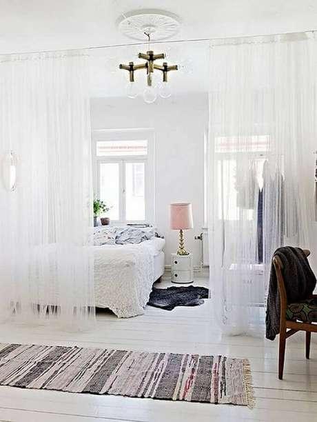50. Quarto com decoração toda branca com cortina divisória de ambiente