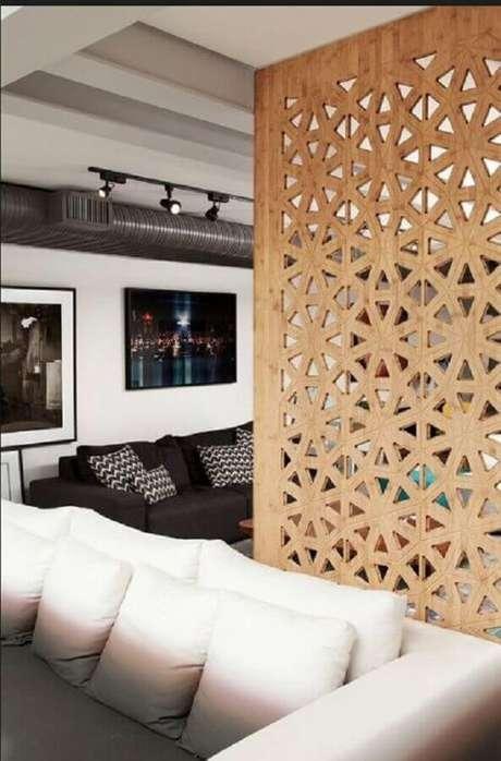 6. Divisória de ambiente MDF para sala com decoração em tons neutros