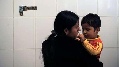 A las mujeres se les permite permanecer junto a sus hijos, de ambos sexos, hasta una determinada edad.