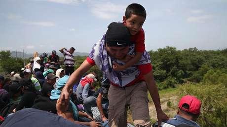 Adultos e crianças arriscam suas vidas em trem de carga conhecido como 'A Besta' para viajar rumo aos EUA