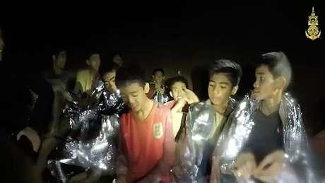 Os 12 meninos tailandeses mais o técnico do time de futebol foram resgatados após 18 dias presos na caverna