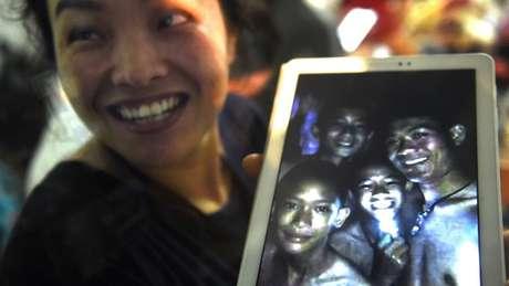 Imagem de meninos vivos no interior de caverna na Tailândia levou alegria a tailandeses e ao mundo