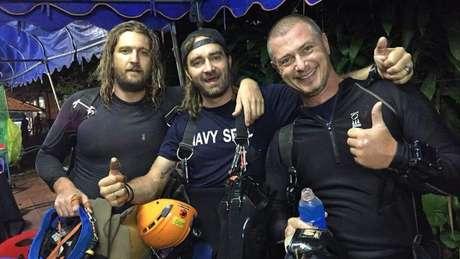 Erik Brown (esq.) realizou sete mergulhos em nove dias na Tailândia