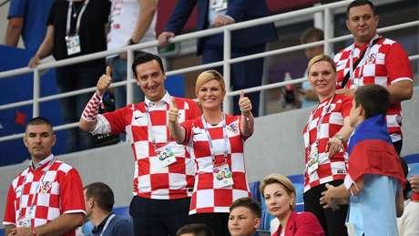 A presidente da Croácia, Kolinda Grabar-Kitarovic, no meio da torcida em partida das quartas de final na Copa da Rússia