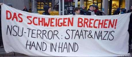"""""""Quebrar o silêncio. Terror da NSU: Estado e nazistas de mãos dadas"""": protesto diante do tribunal do processo de Beate Zschäpe em Munique"""