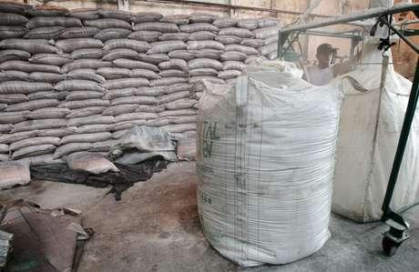Sacas de açúcar em fábrica em Campos dos Goytacazes, Rio de Janeiro, Brasil 10/11/2010 REUTERS/Sergio Moraes