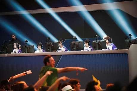 Jogadores cdisputam semifinais da Liga de Overwatch enquanto torcedores interagem entre si em Burbank, Estados Unidos 06/05/2018 REUTERS/Andrew Cullen