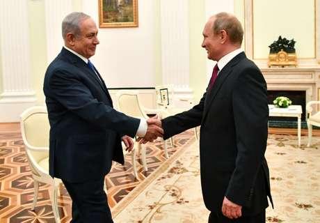 Putin cumprimenta premiê de Israel Netanyahu em Moscou  11/7/2018    Yuri Kadobnov/Divulgação via REUTERS