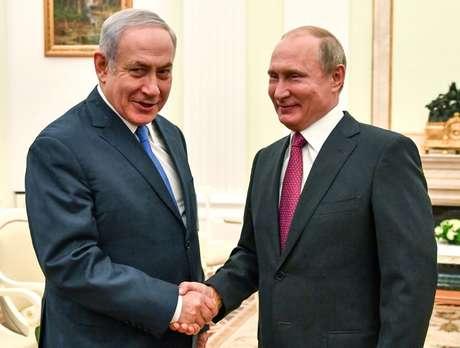 Netanyahu cumprimenta Putin em Moscou  11/7/2018    Yuri Kadobnov/Divulgação via REUTERS