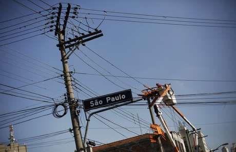 Técnico elétrico trabalha no centro de São Paulo  08/04/2014  REUTERS/Nacho Doce